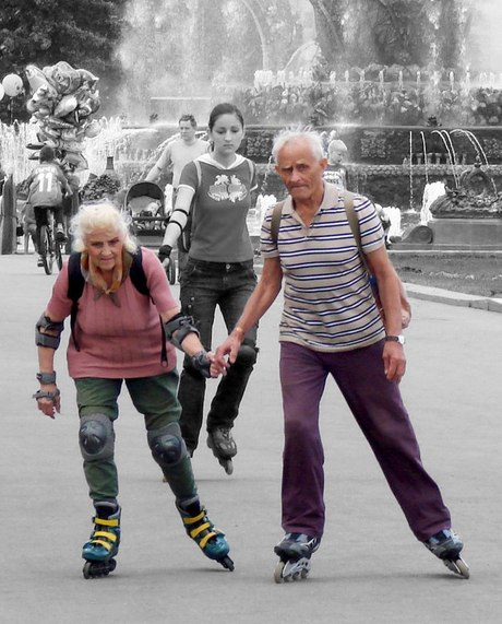 vanapaar seeniorid veteranid rulluisud tervis kepikõnd liikuma